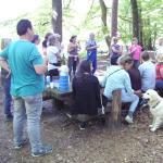 Nach erfolgreicher Suche wurde vom Landwirtehepaar Kuch (Bornwaldhof Sprendlingen) eine Brotzeit auf einem Waldparkplatz angeboten, wobei Revierförster Keller Informationen zu Naturschutzgebieten gab und Fragen beantwortete.